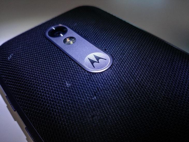 Motorolan logo puhelimen takakannessa