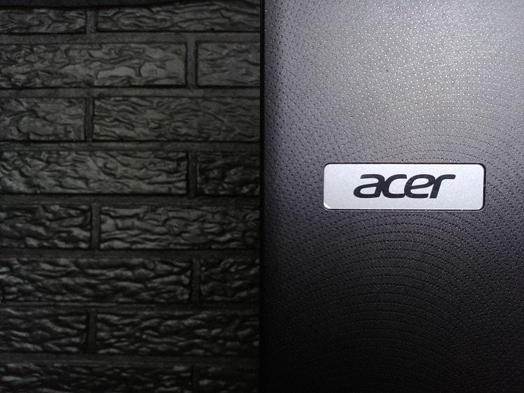 Acer logo kannettavan tietokoneen kannessa